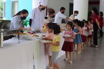 [SGA – IEC QUẢNG NGÃI] Buffet trưa thịnh soạn với vô số những món ăn ngon và đẹp mắt